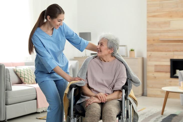 ¿Por qué contar con una interna para cuidar a una persona dependiente?